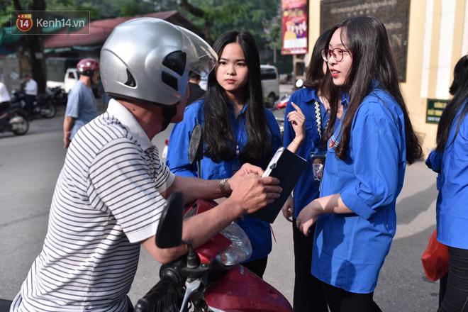 Ngày thi vào lớp 10 thứ hai: Thí sinh các tỉnh dự thi trường chuyên ở Hà Nội nhận xét đề Tiếng Anh rất dễ, tự tin được 9 điểm-19