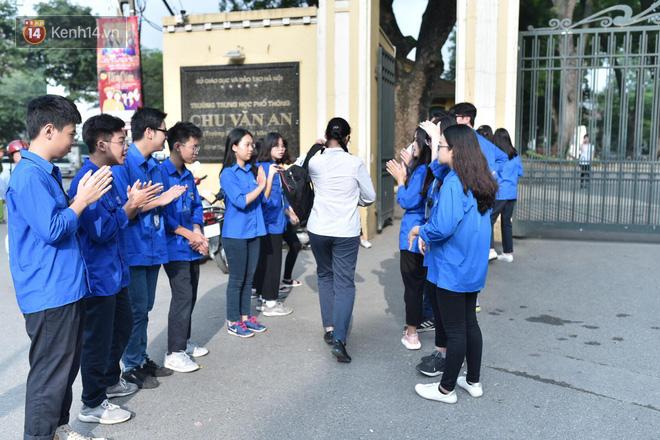 Ngày thi vào lớp 10 thứ hai: Thí sinh các tỉnh dự thi trường chuyên ở Hà Nội nhận xét đề Tiếng Anh rất dễ, tự tin được 9 điểm-21