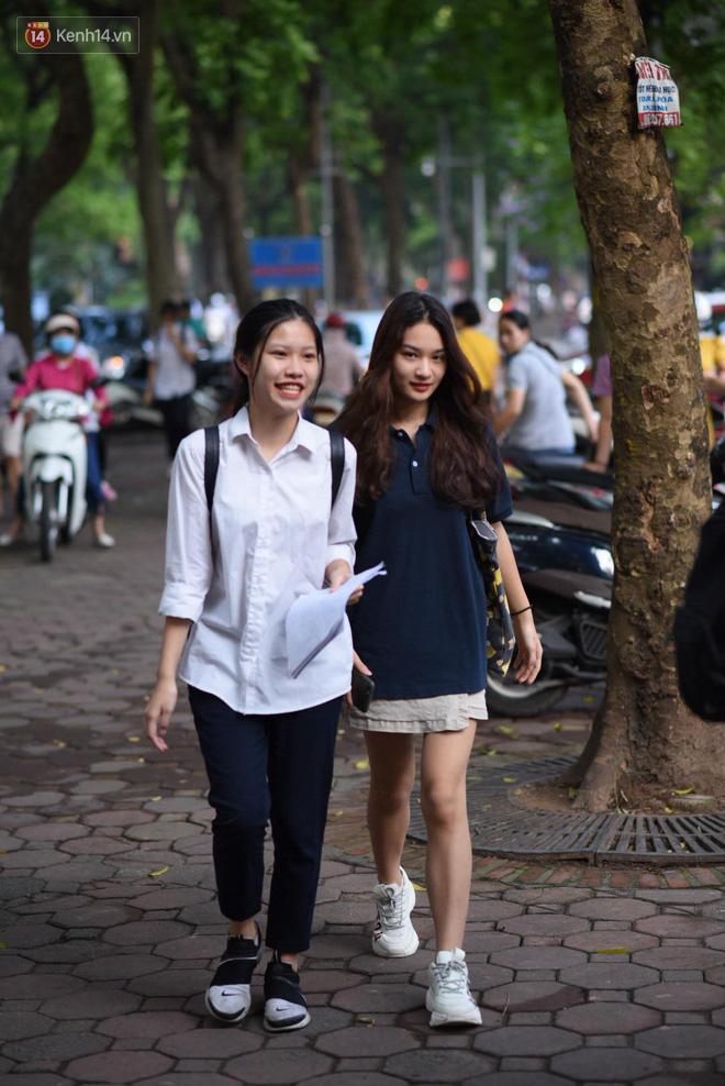 Ngày thi vào lớp 10 thứ hai: Thí sinh các tỉnh dự thi trường chuyên ở Hà Nội nhận xét đề Tiếng Anh rất dễ, tự tin được 9 điểm-23