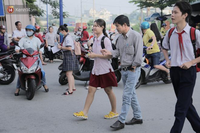 Ngày thi vào lớp 10 thứ hai: Thí sinh các tỉnh dự thi trường chuyên ở Hà Nội nhận xét đề Tiếng Anh rất dễ, tự tin được 9 điểm-26