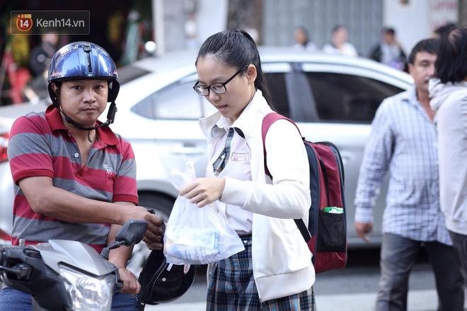 Ngày thi vào lớp 10 thứ hai: Thí sinh các tỉnh dự thi trường chuyên ở Hà Nội nhận xét đề Tiếng Anh rất dễ, tự tin được 9 điểm-29