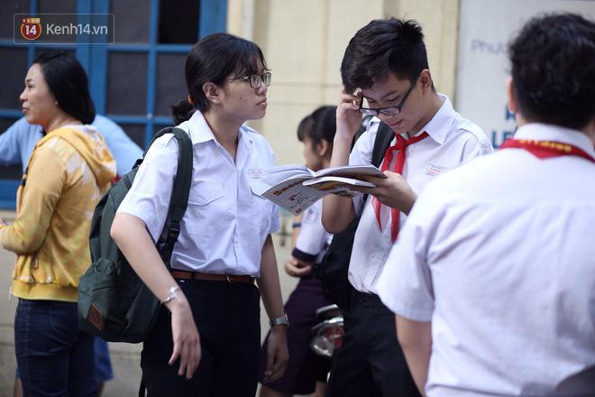 Ngày thi vào lớp 10 thứ hai: Thí sinh các tỉnh dự thi trường chuyên ở Hà Nội nhận xét đề Tiếng Anh rất dễ, tự tin được 9 điểm-31