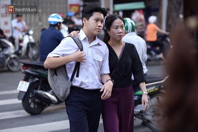 Ngày thi vào lớp 10 thứ hai: Thí sinh các tỉnh dự thi trường chuyên ở Hà Nội nhận xét đề Tiếng Anh rất dễ, tự tin được 9 điểm-32