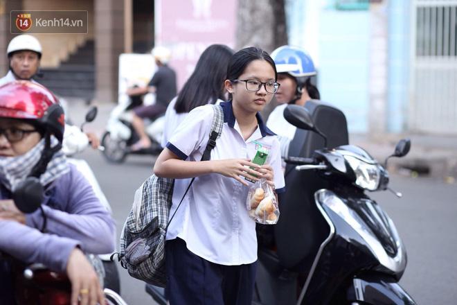 Ngày thi vào lớp 10 thứ hai: Thí sinh các tỉnh dự thi trường chuyên ở Hà Nội nhận xét đề Tiếng Anh rất dễ, tự tin được 9 điểm-33