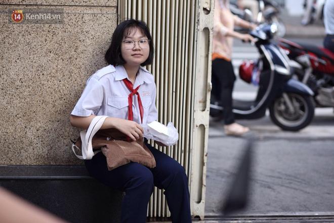 Ngày thi vào lớp 10 thứ hai: Thí sinh các tỉnh dự thi trường chuyên ở Hà Nội nhận xét đề Tiếng Anh rất dễ, tự tin được 9 điểm-34