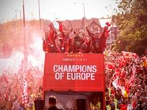 Liverpool rước cúp vô địch Champions League: Biển người nhuộm đỏ thành phố cảng sau 14 năm mòn mỏi chờ đợi
