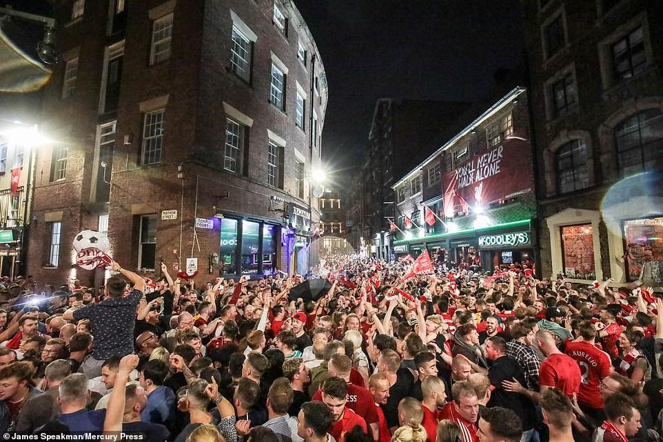 Liverpool rước cúp vô địch Champions League: Biển người nhuộm đỏ thành phố cảng sau 14 năm mòn mỏi chờ đợi-15