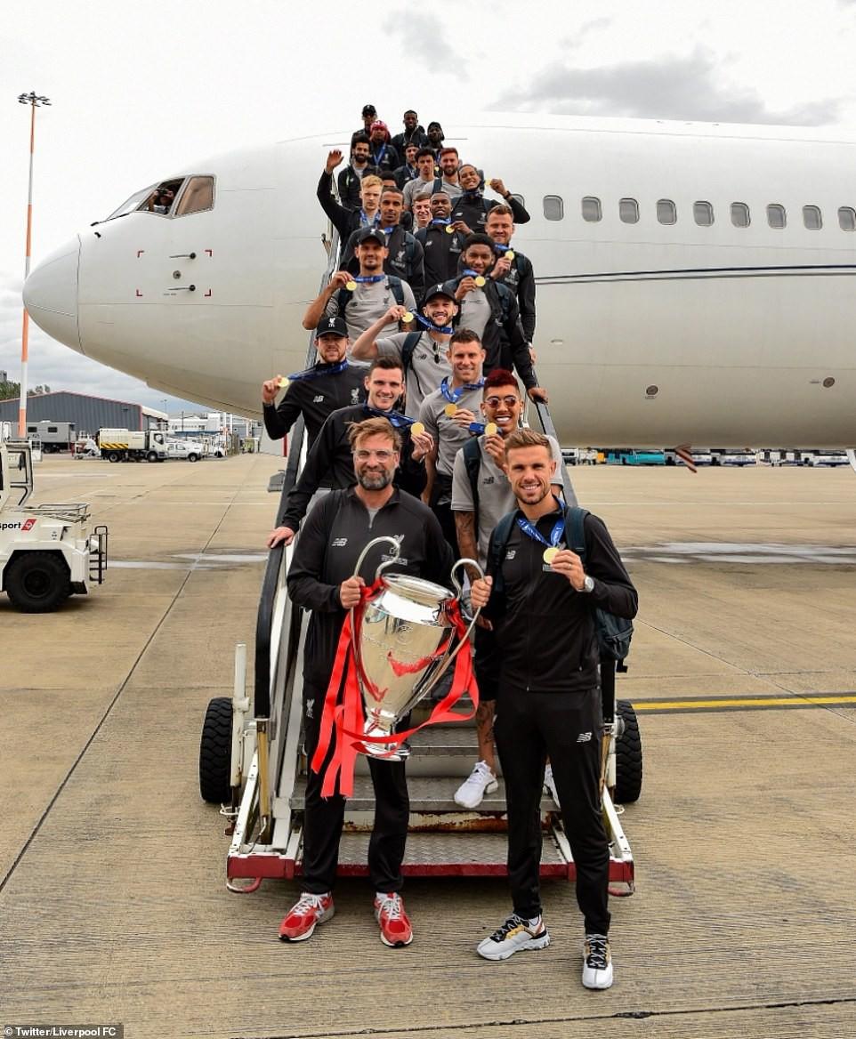 Liverpool rước cúp vô địch Champions League: Biển người nhuộm đỏ thành phố cảng sau 14 năm mòn mỏi chờ đợi-1
