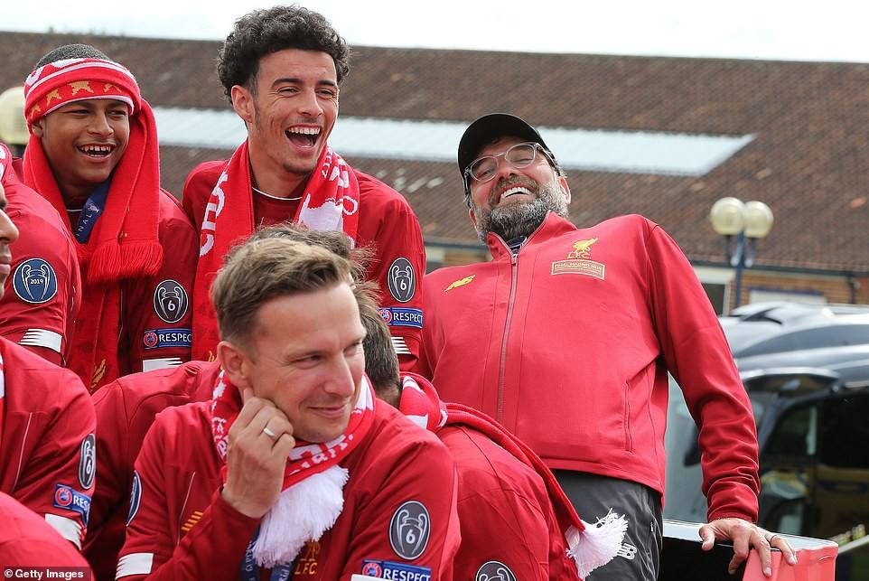 Liverpool rước cúp vô địch Champions League: Biển người nhuộm đỏ thành phố cảng sau 14 năm mòn mỏi chờ đợi-9