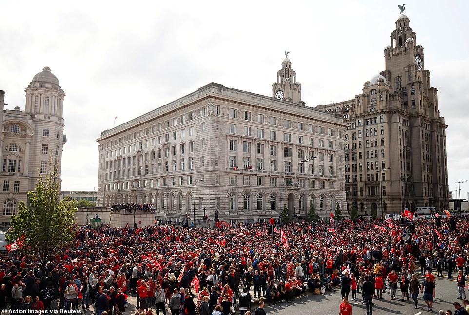 Liverpool rước cúp vô địch Champions League: Biển người nhuộm đỏ thành phố cảng sau 14 năm mòn mỏi chờ đợi-13