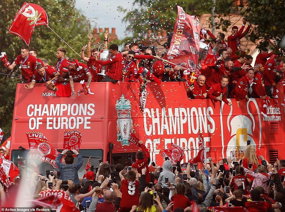 Liverpool rước cúp vô địch Champions League: Biển người nhuộm đỏ thành phố cảng sau 14 năm mòn mỏi chờ đợi-10