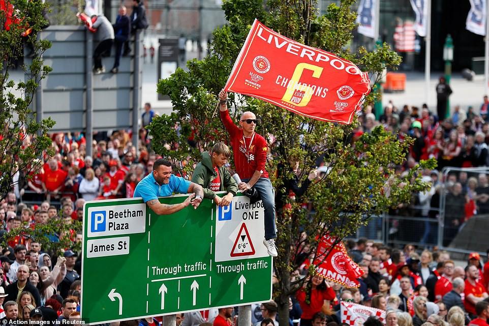 Liverpool rước cúp vô địch Champions League: Biển người nhuộm đỏ thành phố cảng sau 14 năm mòn mỏi chờ đợi-6