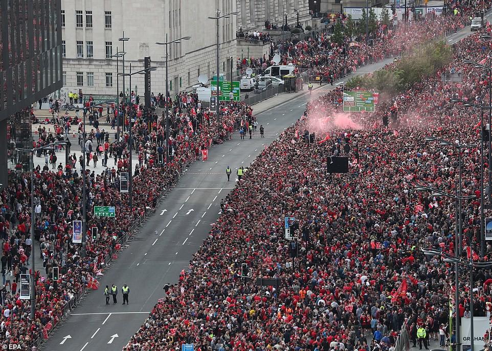 Liverpool rước cúp vô địch Champions League: Biển người nhuộm đỏ thành phố cảng sau 14 năm mòn mỏi chờ đợi-3