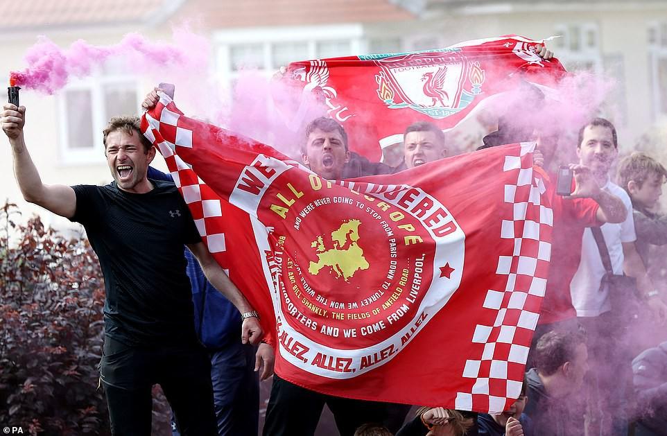 Liverpool rước cúp vô địch Champions League: Biển người nhuộm đỏ thành phố cảng sau 14 năm mòn mỏi chờ đợi-12