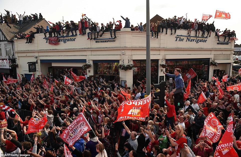 Liverpool rước cúp vô địch Champions League: Biển người nhuộm đỏ thành phố cảng sau 14 năm mòn mỏi chờ đợi-11