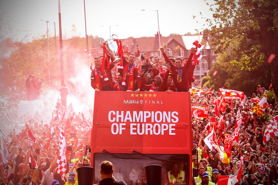 Liverpool rước cúp vô địch Champions League: Biển người nhuộm đỏ thành phố cảng sau 14 năm mòn mỏi chờ đợi-2