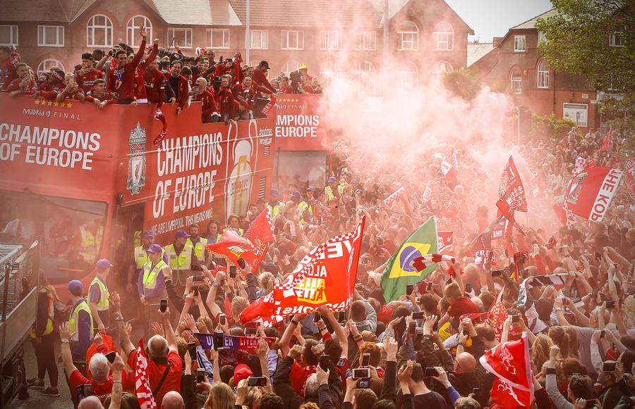 Liverpool rước cúp vô địch Champions League: Biển người nhuộm đỏ thành phố cảng sau 14 năm mòn mỏi chờ đợi-5
