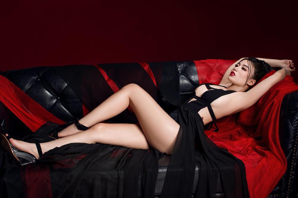 Tạo dáng hớ hênh, Linh Miu bị chỉ trích vì vô tình lộ hình xăm chỗ hiểm-1