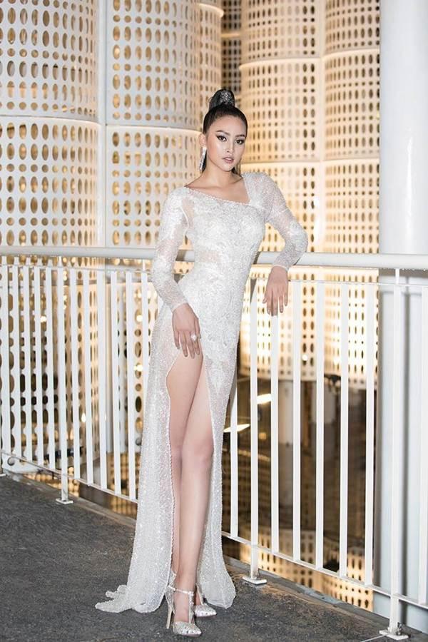 Hoa hậu Tiểu Vy, Á hậu Thuý An diện váy xẻ táo bạo khoe nhan sắc nữ thần-1
