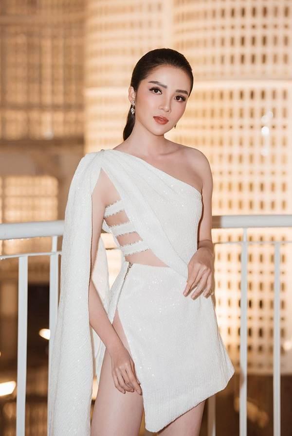 Hoa hậu Tiểu Vy, Á hậu Thuý An diện váy xẻ táo bạo khoe nhan sắc nữ thần-9