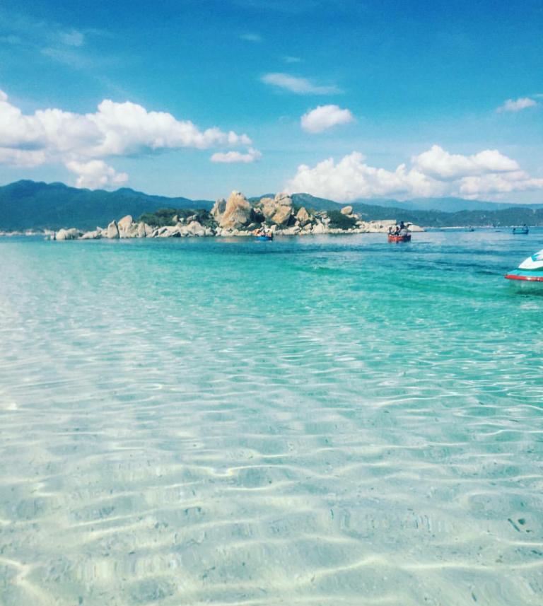 """Lần đầu tiên tại đảo Bình Ba (Khánh Hoà) xuất hiện cá heo đuổi theo"""" tàu của du khách, nhưng mệt quá nên nhảy tí rồi lặn mất-2"""