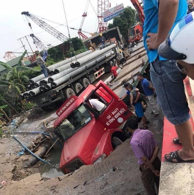 """Xe container sập hố tử thần"""", làm vỡ đường ống nước sạch, 3 quận của Hà Nội bị ảnh hưởng-1"""
