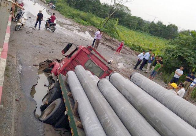 """Xe container sập hố tử thần"""", làm vỡ đường ống nước sạch, 3 quận của Hà Nội bị ảnh hưởng-2"""