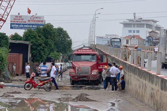 """Xe container sập hố tử thần"""", làm vỡ đường ống nước sạch, 3 quận của Hà Nội bị ảnh hưởng-3"""