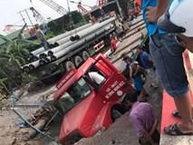 """Xe container sập """"hố tử thần"""", làm vỡ đường ống nước sạch, 3 quận của Hà Nội bị ảnh hưởng"""