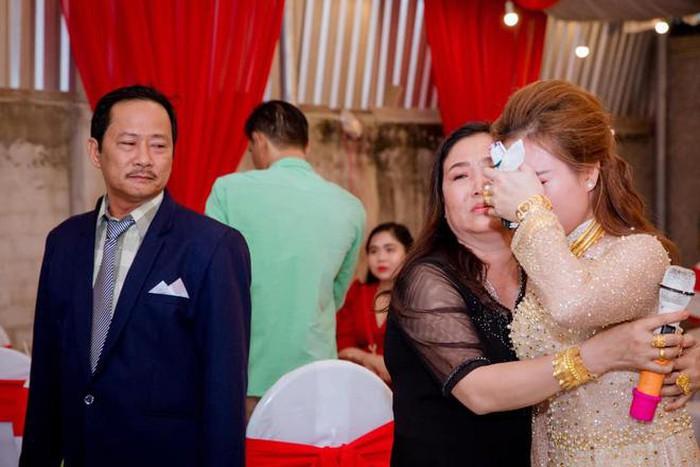 Clip ông bố ở Tiền Giang khóc nức nở trong ngày con gái về nhà chồng khiến người xem chỉ muốn khóc theo-2
