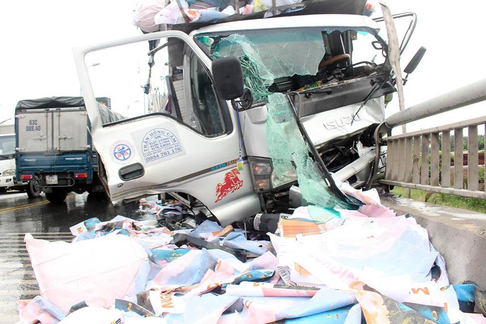 Xe tải tông loạn xạ trên cầu Rạch Miễu, 2 người chết-1