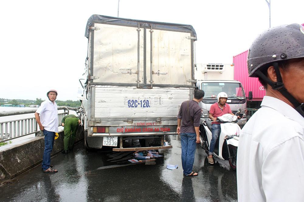 Xe tải tông loạn xạ trên cầu Rạch Miễu, 2 người chết-2
