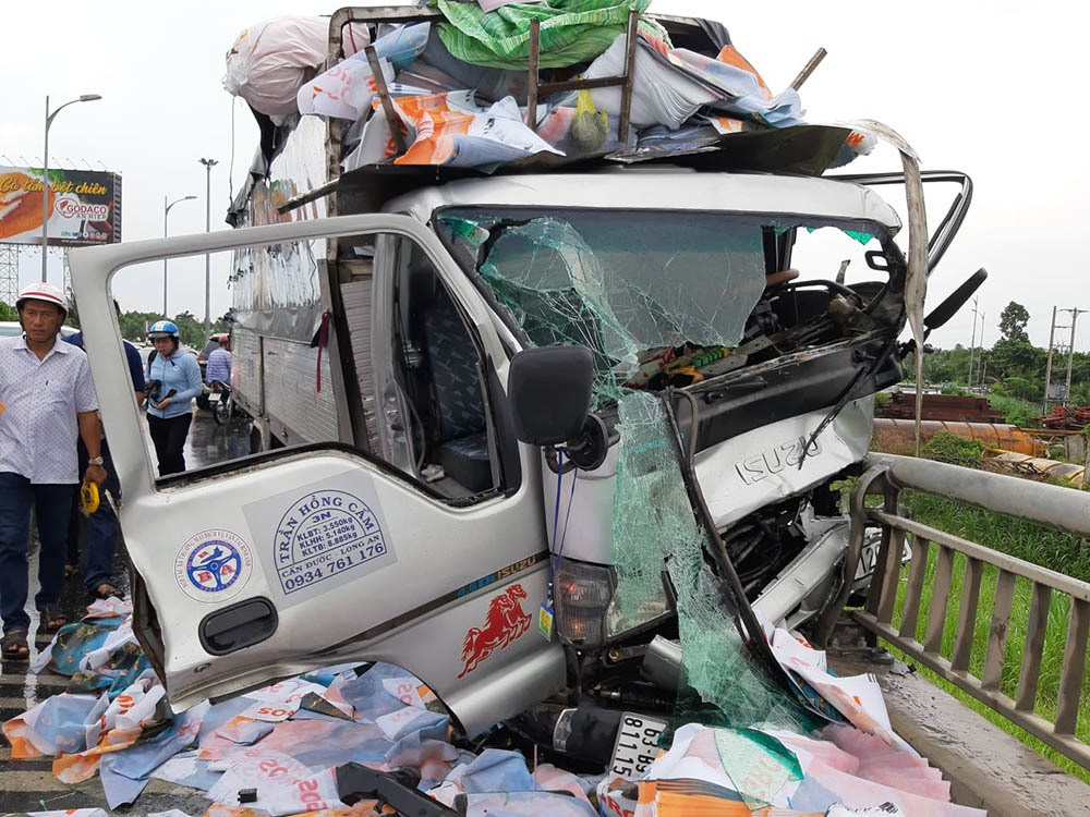 Xe tải tông loạn xạ trên cầu Rạch Miễu, 2 người chết-4