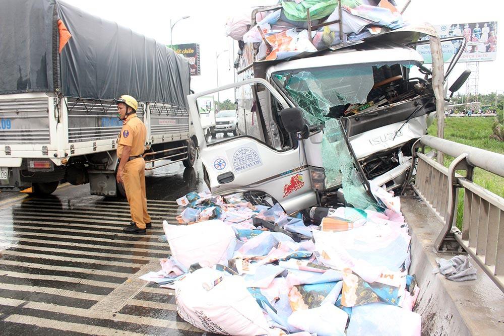 Xe tải tông loạn xạ trên cầu Rạch Miễu, 2 người chết-5