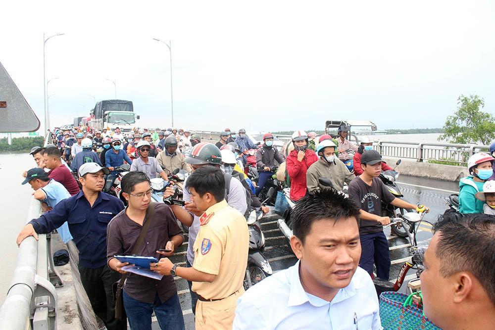 Xe tải tông loạn xạ trên cầu Rạch Miễu, 2 người chết-6