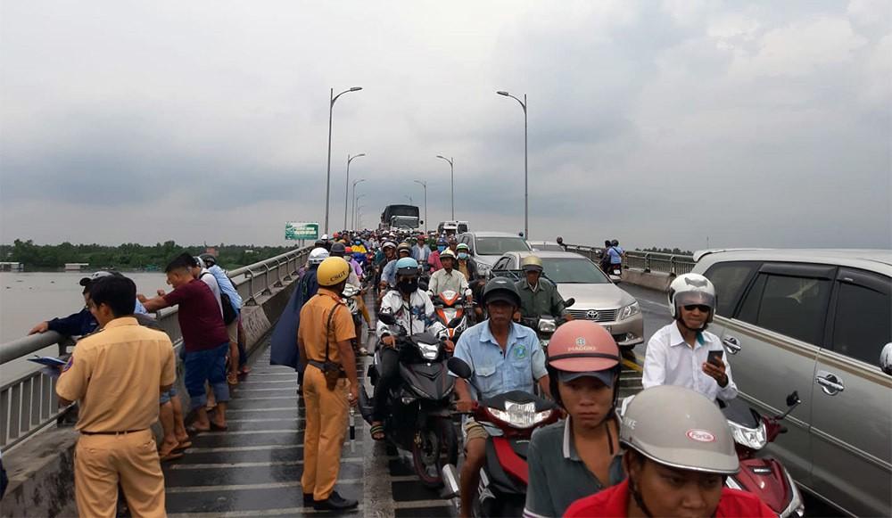 Xe tải tông loạn xạ trên cầu Rạch Miễu, 2 người chết-7