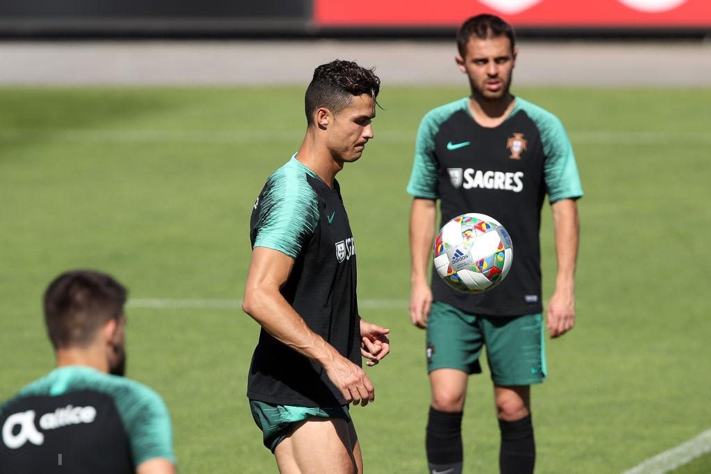 Bồ Đào Nha tập trung chuẩn bị bán kết Nations League: Chẳng gì chiếm spotlight tốt bằng cặp giò vĩ đại của Cristiano Ronaldo-2