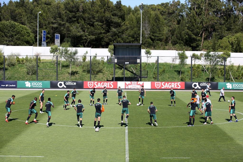 Bồ Đào Nha tập trung chuẩn bị bán kết Nations League: Chẳng gì chiếm spotlight tốt bằng cặp giò vĩ đại của Cristiano Ronaldo-1