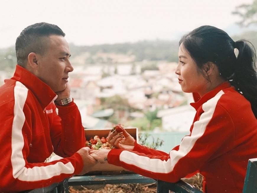 MC Hoàng Linh cùng bạn trai diện áo đôi trong loạt ảnh tình tứ tại Đà Lạt-1