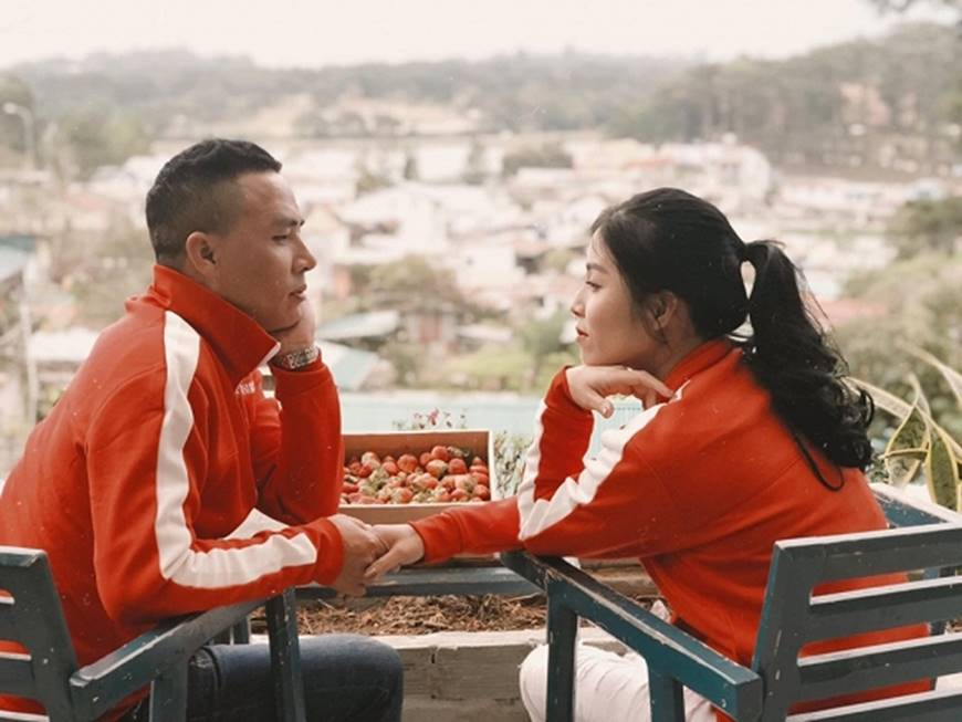 MC Hoàng Linh cùng bạn trai diện áo đôi trong loạt ảnh tình tứ tại Đà Lạt-2