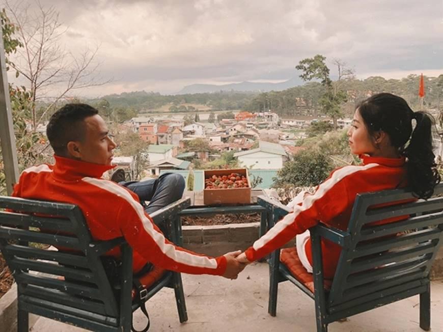MC Hoàng Linh cùng bạn trai diện áo đôi trong loạt ảnh tình tứ tại Đà Lạt-6