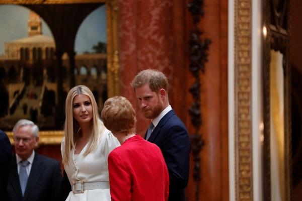 Hoàng tử Harry bị chỉ trích dữ dội khi có hành động tồi tệ và thô lỗ đối với Tổng thống Mỹ và Ivanka Trump-1