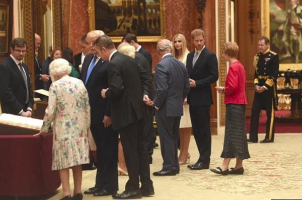 Hoàng tử Harry bị chỉ trích dữ dội khi có hành động tồi tệ và thô lỗ đối với Tổng thống Mỹ và Ivanka Trump-3
