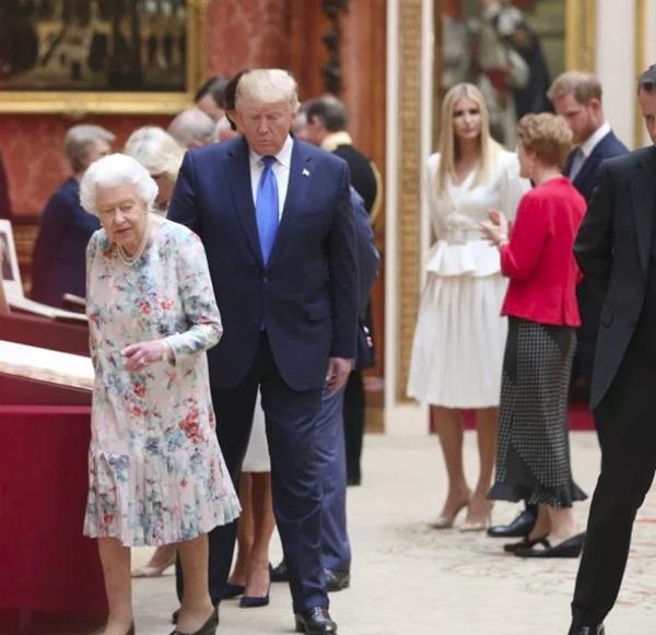 Hoàng tử Harry bị chỉ trích dữ dội khi có hành động tồi tệ và thô lỗ đối với Tổng thống Mỹ và Ivanka Trump-4
