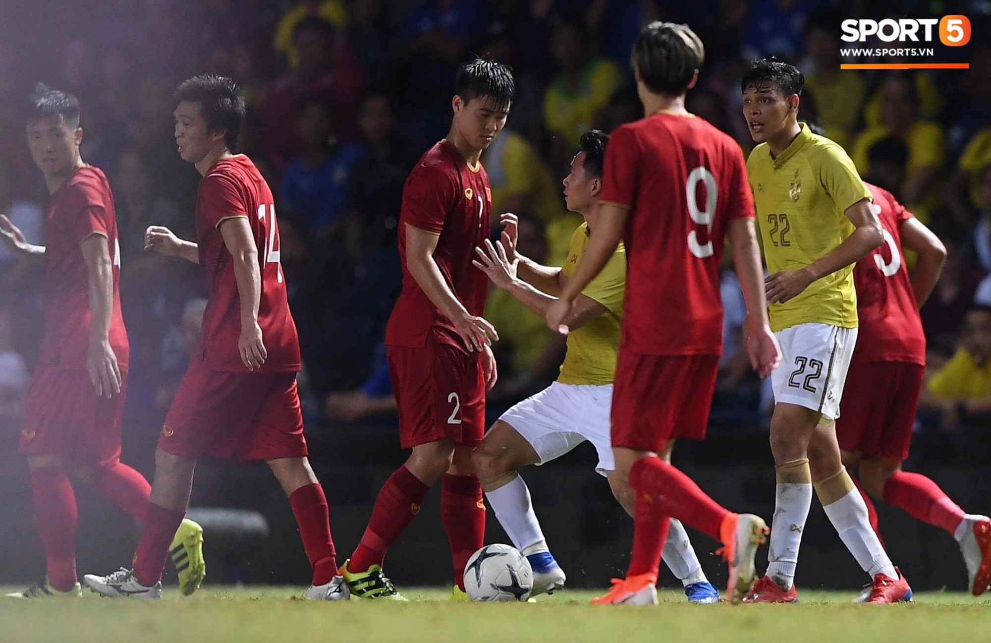 HLV Park Hang-seo lao vào sân phản ứng khi Văn Hậu bị đối phương tát vào mặt-1
