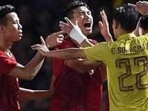 HLV Park Hang-seo lao vào sân phản ứng khi Văn Hậu bị đối phương tát vào mặt