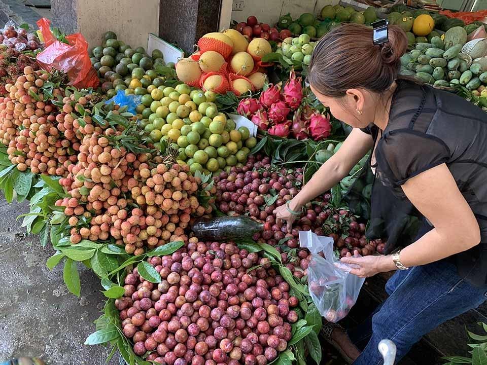 Cận Tết Đoan Ngọ, hoa quả 'giết sâu bọ'' tăng giá phi mã-1
