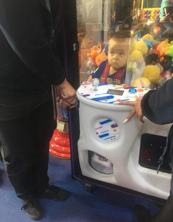 Thích gấu bông nhưng không dám xin mẹ, cậu bé tự chui vào máy gắp thú lấy rồi mắc kẹt không ra được-1