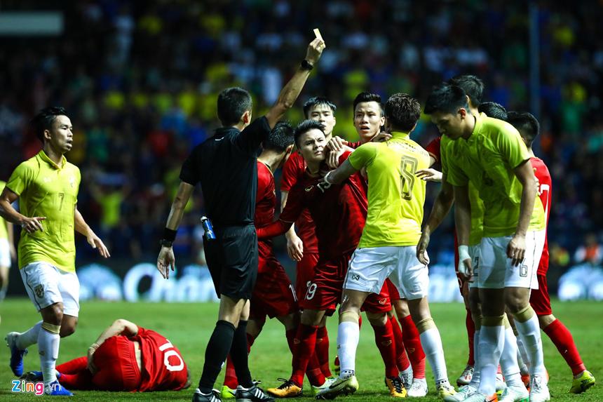 Công Phượng bị chơi xấu, Quang Hải nổi giận chỉ tay vào mặt đối thủ-3