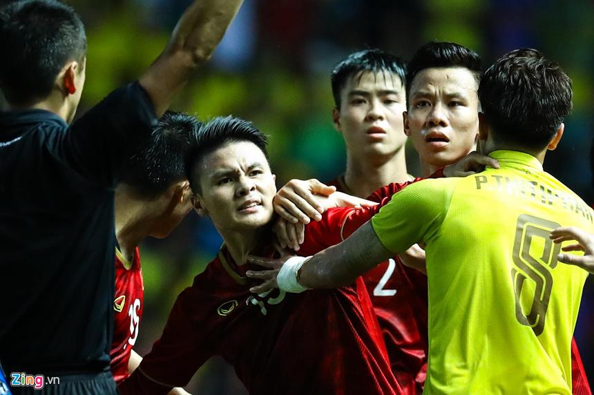 Công Phượng bị chơi xấu, Quang Hải nổi giận chỉ tay vào mặt đối thủ-5
